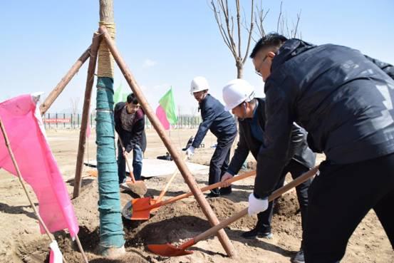 西宁市副市长杨小民在中铁二十一局四公司西宁综合保税区建设项目组织开展义务植树活动